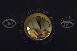 Blick durch Kontrollfenster in die Manufaktur